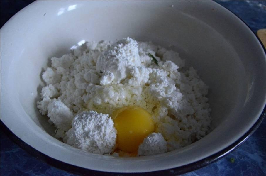 3. В творог вбить яйцо, посолить по вкусу и тщательно перемешать.