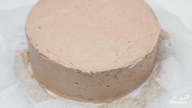 13. А остатками крема смажьте борта и верх. Выровняйте шпателем и отправьте в холодильник.