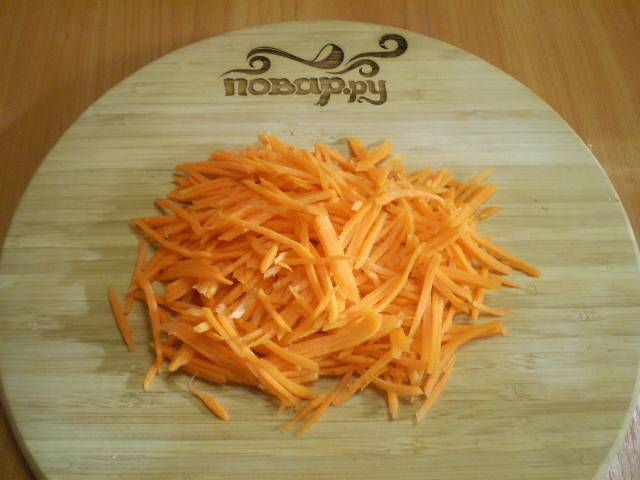 Очищенную и вымытую морковь натрите на крупной терке.