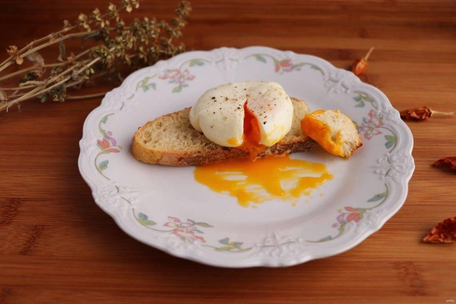 Через 3 минуты выньте яйцо из воды и разрежьте пакет. Готовое яйцо положите на поджаренный хлеб, посолите и поперчите по вкусу. Яйцо пашот в пакете готово. Приятного аппетита!