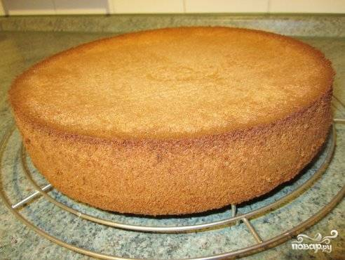 Бисквит будет готов через 65-70 мин. Перед тем, как из него продолжать готовить, его необходимо остудить.
