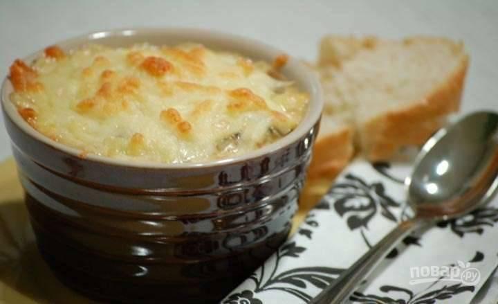 Переложите в небольшие формы для запекания грибы с луком. Сверху выложите сыр. Запекайте жульен при 180 градусах в течение 10-15 минут. Приятного аппетита!