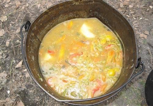 После того как вы положили специи, суп варится до готовности картофеля, примерно 20 минут. Затем шурпа снимается с огня и настаивается 15 минут.