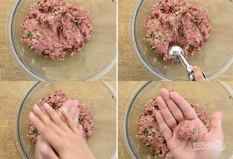 3. Из фарша сформируйте небольшие шарики. Поставьте фрикадельки в духовую печь при температуре 220 градусов на 15-20 минут.
