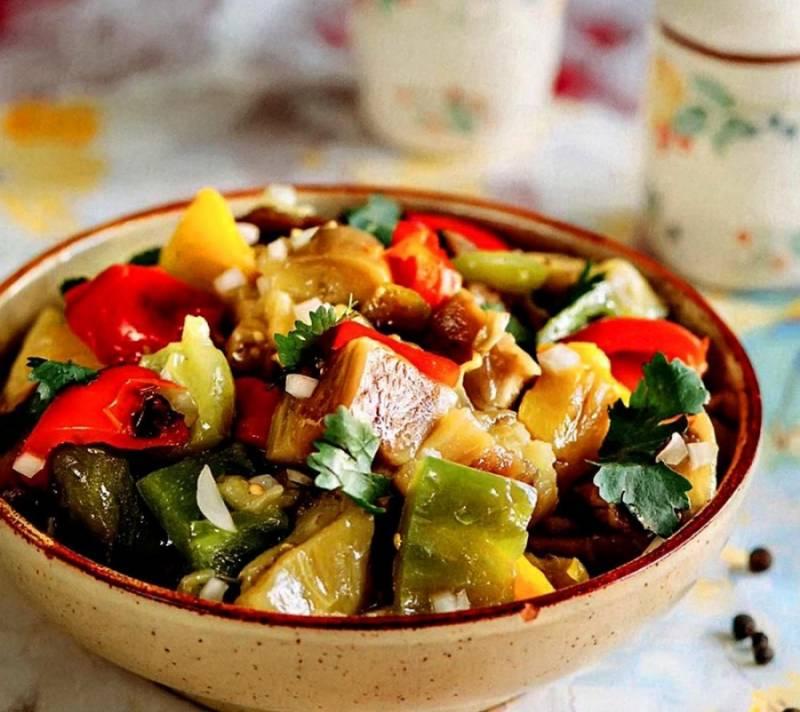 9. Вот такой красивый получится салат из печеных овощей в готовом виде. Приятного аппетита!