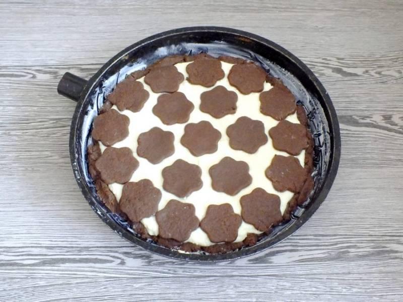 Фигурки из теста разложите на творожном слое. Подготовленный пирог поставьте в разогретую до 180 градусов духовку на 35-40 минут. Учитывайте особенности вашей духовки!