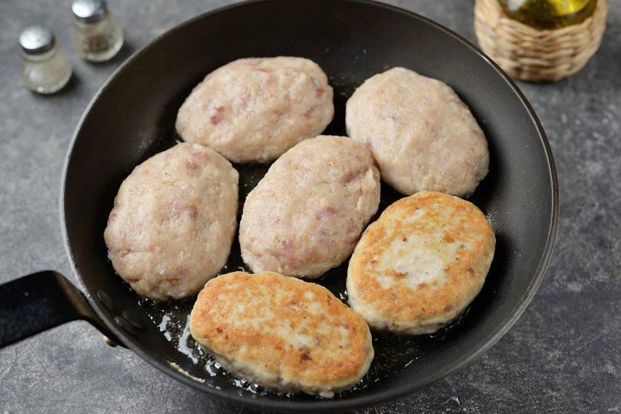 Разогрейте в сковороде немного растительного рафинированного масла, мокрыми руками сформируйте котлеты желаемой формы и размера, выкладывайте в сковороду и жарьте до готовности с обеих сторон.