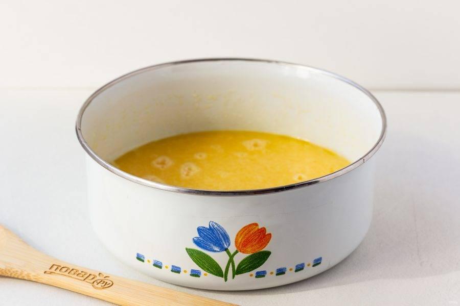 Добавьте в масло яйца, мед, сахар, соду и соль. Взбейте миксером или венчиком.
