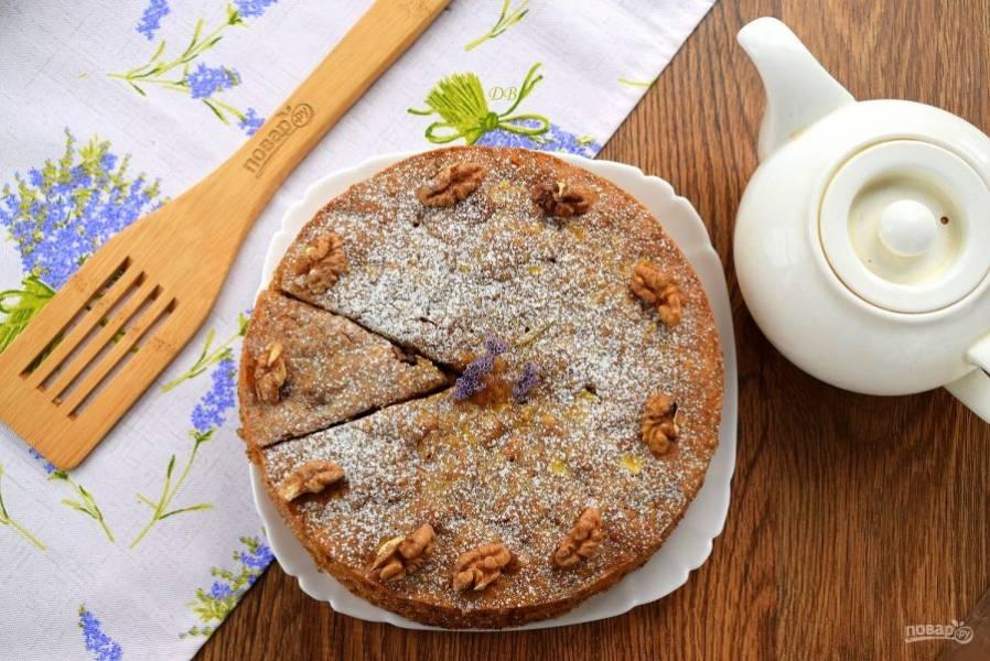 Посыпьте готовый пирог  сахарной пудрой или покройте лимонной глазурью, украсьте по желанию.