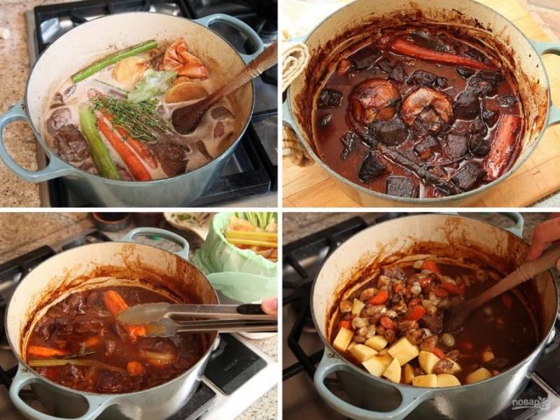 Все обжаренные овощи и грибы кладем в кастрюлю, заливаем бульоном с анчоусами, кладем тимьян и лавровый лист, мясо. Тушим все на стильном огне, пока кол-во соуса не сократится втрое. Затем  достанем крупную морковь, сельдерей, лук, чеснок, лавровый лист и тимьян. Картофель, нарезанный кубиками, добавим в кастрюлю.