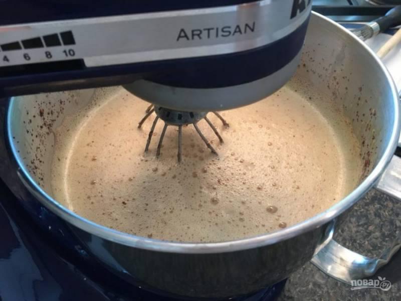 13.Продолжайте взбивать куриные желтки и влейте тонкой струйкой молоко с сахаром, затем влейте молоко с растопленным шоколадом, добавьте какао.