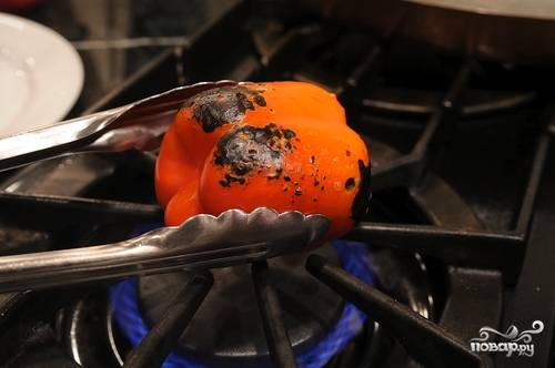 Наши перцы обугливаем на газовом огне, либо на мангале, или же просто запекаем в духовке.