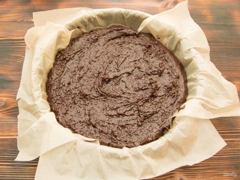 Застелем форму пергаментом, переложим в нее тесто и уберем в духовку на 25-30 минут.