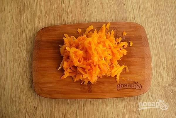 Морковь отварите в кожуре до готовности, остудите немного и очистите. Натрите на крупной терке.