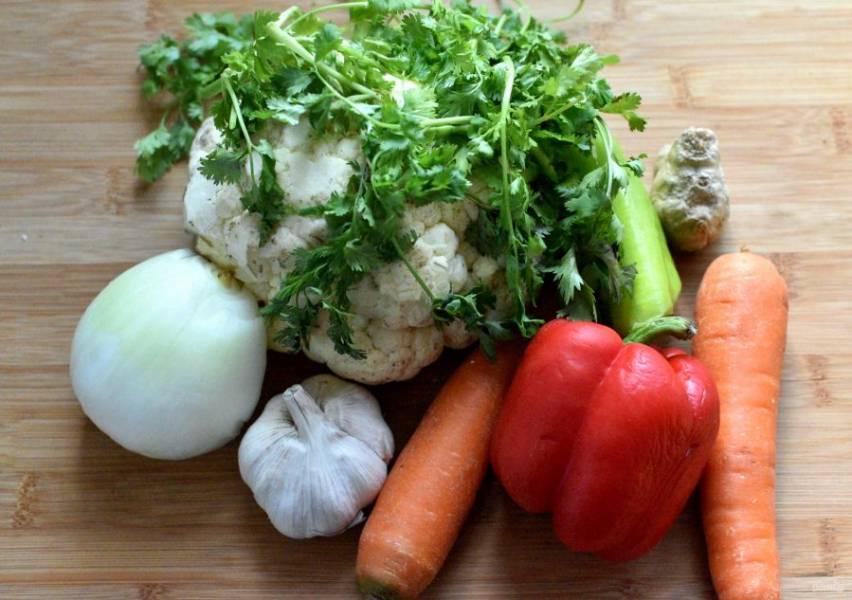 Овощи промойте , обсушите и очистите.