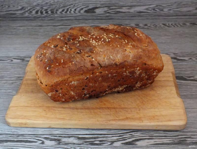 По истечении времени достаньте готовый хлеб из духовки. Переложите на доску и хорошо охладите.