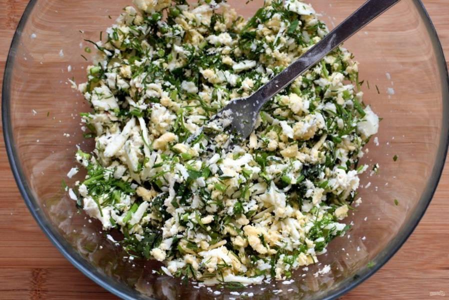 За это время натрите сыр для начинки. Смело берите 2-3-4 вида – будет только вкуснее! Я брала голландский, адыгейский, немного гауды и плавленую фетаксу. Добавьте в сыр рубленую зелень. Зелень тоже берите по вкусу, главное — хорошо просушите перед нарезкой. Я брала укроп, зеленый лук, немного петрушки и мяты. Хорошо перемешайте, начинка готова.