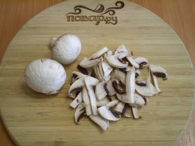 Порежьте пластинками грибы.