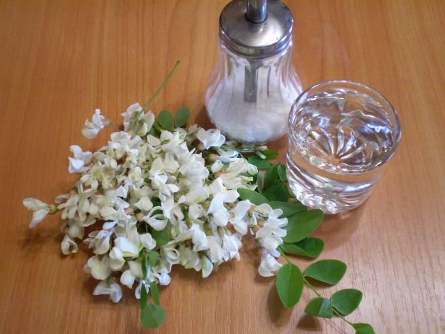 1. Соберите полураспустившиеся и полностью распустившиеся цветы. Сполосните веточки под водой от пыли и насекомых. Поставьте воду закипать.