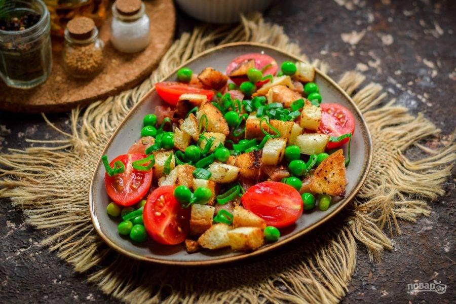 Добавьте в салат зелени и немного масла. Подавать салат к столу нужно сразу же.