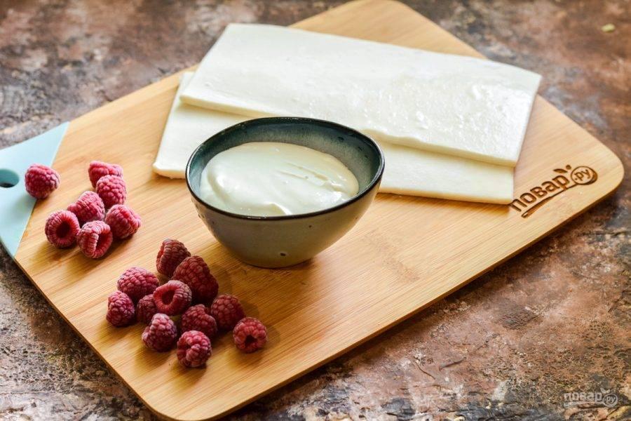 Подготовьте ингредиенты. Слоеное тесто заранее достаньте из морозильной камеры.