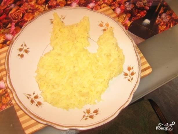 Первым делом отварите куриное филе, картофель, морковь и яйца. затем нарежьте картофель маленькими кубиками или натрите на крупной тёрке. И выложите на тарелку в форме белочки.