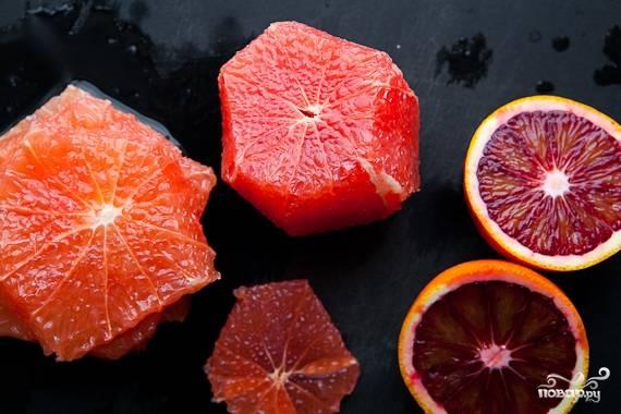 """1. Моем и обсушиваем радиккьо, салат-латук и цветочные лепестки. Пусть обсохнут. Редиску режем очень тонкими кружочками, апельсин и грейпфрут - вот такими """"звездами"""". Из граната выковыриваем зернышки."""