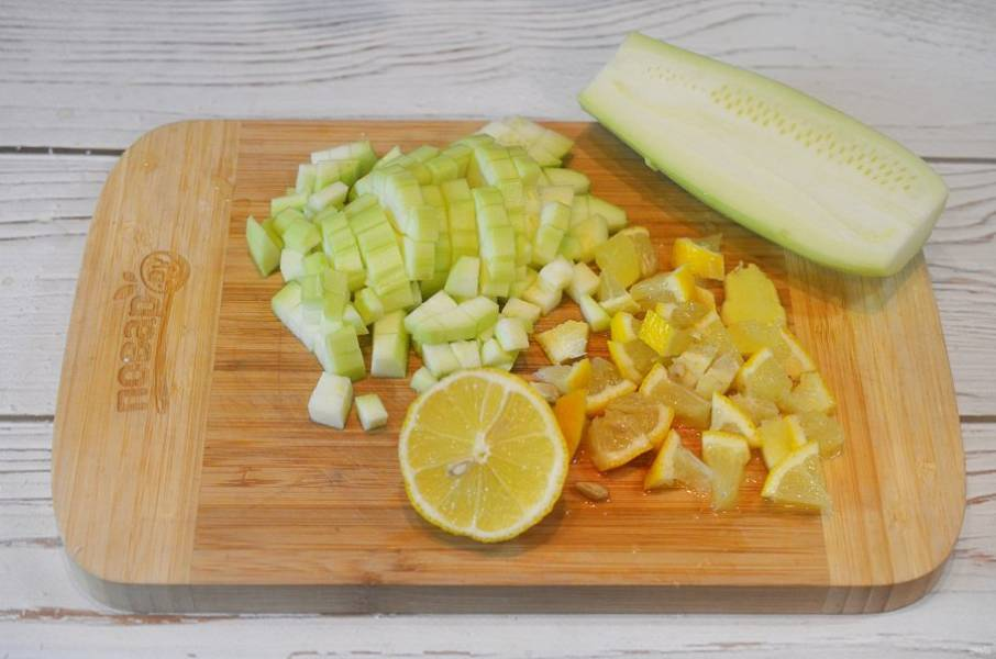 1. Кабачок почистите и нарежьте кубиком, лимон также измельчите кубиком.