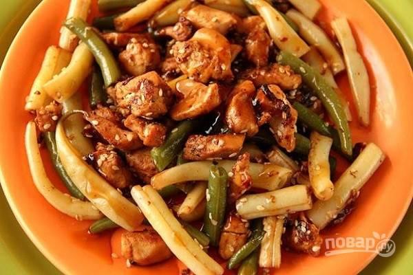 10.Выкладываю курицу с фасолью на тарелку, поливаю приготовленным соусом, подаю блюдо горячим.