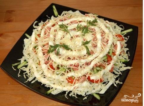 8.Сыр натереть на мелкой терке и посыпать весь  салат. Украсить веточками зелени. Красивый салат из пекинской капусты с добавками готов. Приятного аппетита.
