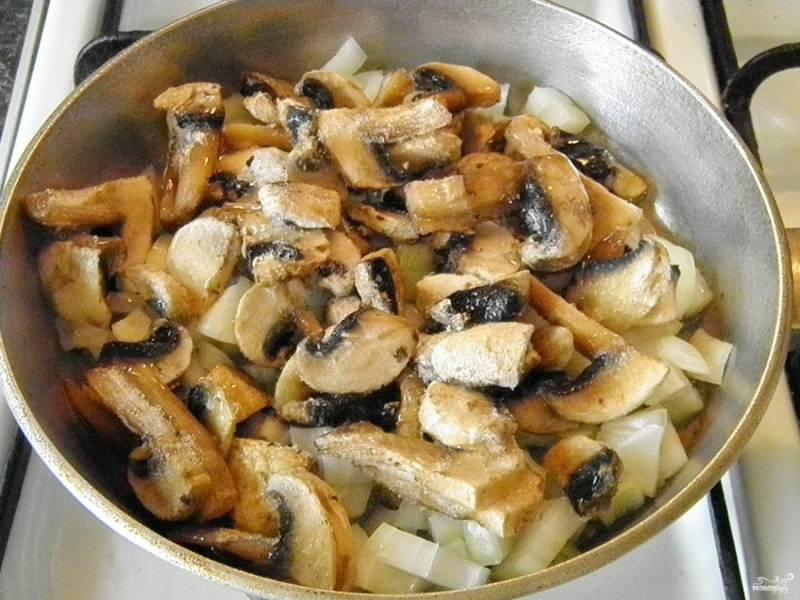 На растительном масле обжарьте грибы и лук до полуготовности, посолите.