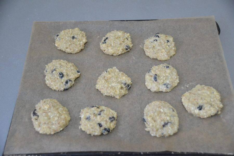 Руками сформуйте печенье, выложите его на лист для выпечки. Запекайте в духовке при температуре 180 градусов около 20 минут.