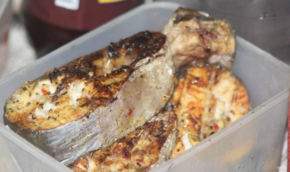 """4. Теперь рыбу можно отправлять на решетку. Такой маринованный пангасиус, жаренный на костре или гриле, станет отличной альтернативой """"неправильным"""" жирным блюдам, к которым многие так привыкли. Советую попробовать приготовить рыбку по этому рецепту. Вы поймете, что и здоровая и полезная еда может быть необычайно вкусной."""