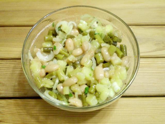 7. Перемешать, салат готов. Подойдет как к отварной курице, так и запеченной или жареной. Приятного!