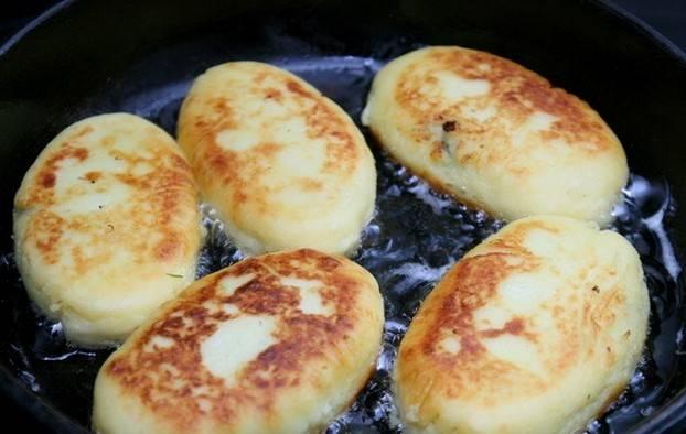 В сковороду наливаем растительное масло и нагреваем его. Выкладываем пирожки на сковородку швом вниз и обжариваем до золотистого цвета, затем переворачиваем и жарим с другой стороны. Готовые пирожки подаем к столу со сметанкой, приятного аппетита!