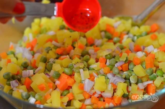 7.Оставшейся заправкой заливаю содержимое второй миски (с картофелем, морковью и луком).