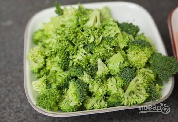 1. Вымойте, обсушите и разделите на соцветия брокколи.