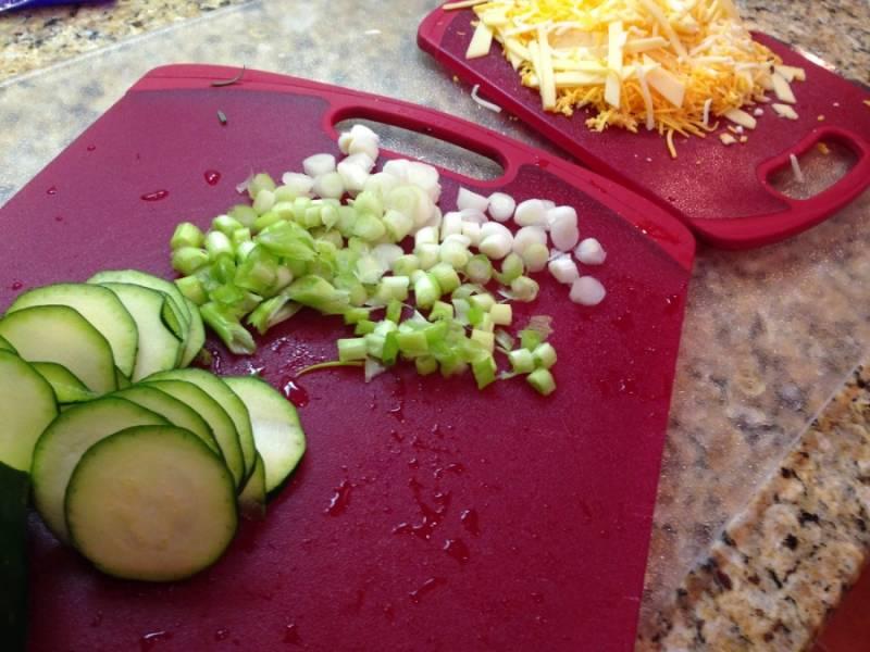 Режем овощи.