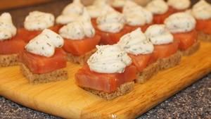 2. Зелень моем, измельчаем, и смешаем с творожным сыром. Сюда же - все специи на ваше усмотрение. Смазываем каждый бутербродик.