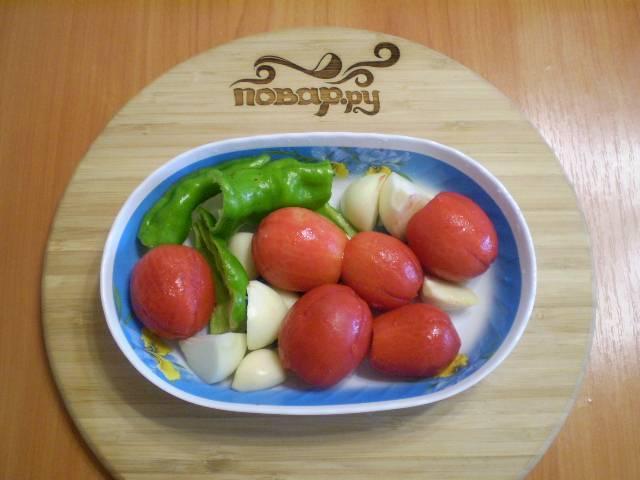 3. Подготовьте все овощи: очищенные томаты, лук, чеснок и перец чили.
