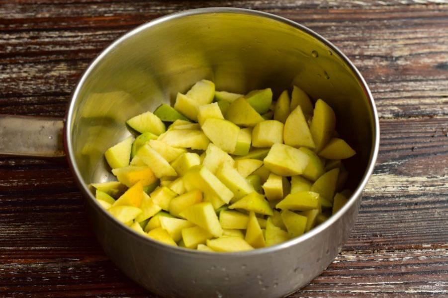 Вымойте и нарежьте яблоки.