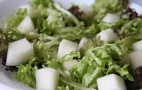5. Листья салата сбрызгиваем бальзамическим уксусом и даем немного постоять. После этого отправляем к ним дыню, поливаем оливковым маслом и аккуратно все перемешиваем.