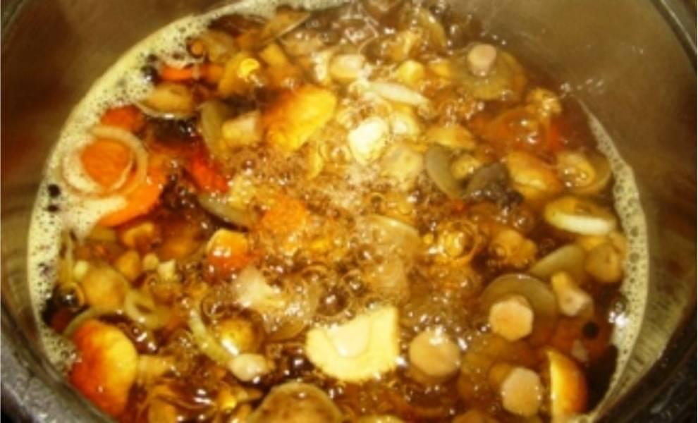 6. После закипания маринада следует в кастрюлю добавить уксус и высыпать грибы. Варить 10-15 минут.