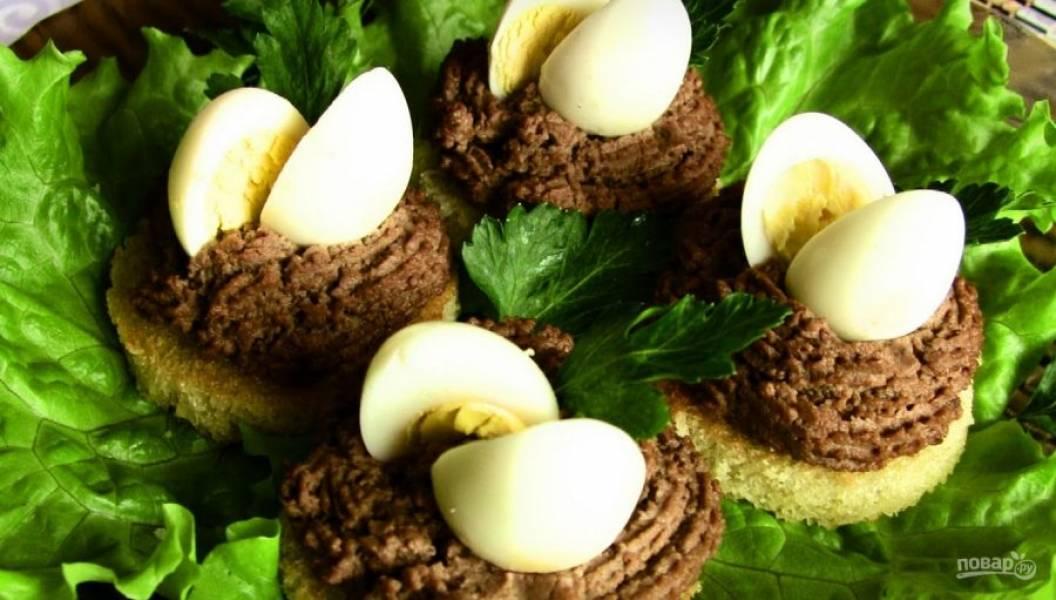 7. Перепелиные яйца разрежьте на 2 половинки, украсьте ими паштет. Добавьте зелени — и блюдо готово!