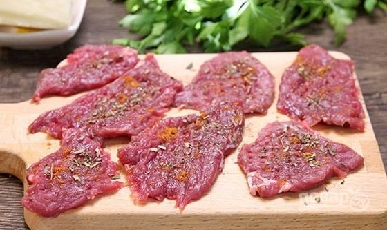 1. Мясо вымойте, обсушите и нарежьте. Слегка отбейте, посолите и присыпьте специями по вкусу.
