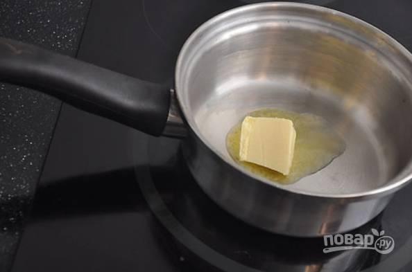 4.В сотейник выложите сливочное масло, растопите его.