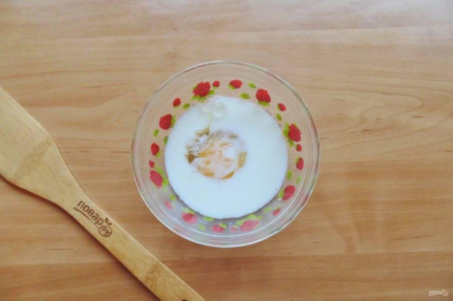 В мисочке соедините яйцо и сливки. Взболтайте смесь.