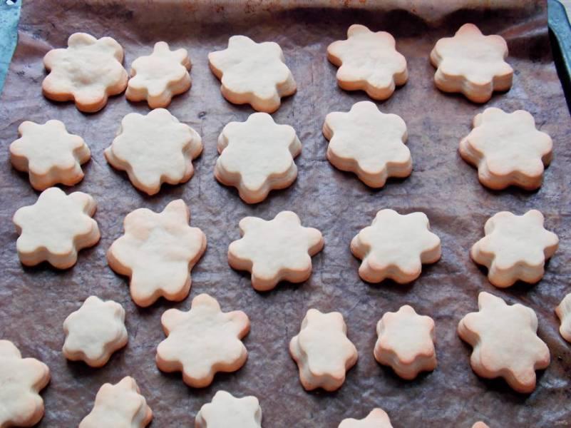 Поставьте противень в горячую духовку и выпекайте в течение 15-20 минут до готовности. Спустя время печенье извлеките и остудите.