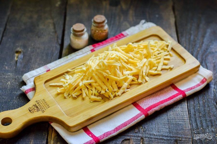 Твердый сыр натрите на средней терке.