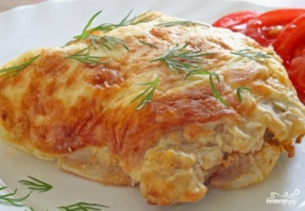 Готовое блюдо посыпьте зеленью, подержите еще пару минут в духовке, разрежьте и подавайте. приятного аппетита!